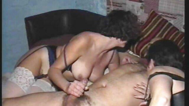 XXX sin registro  Preciosa puta rubia muestra cómo tomar una polla como trio casero argentina una campeona