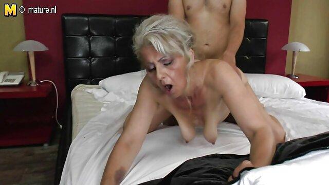 XXX sin registro  Dos porno en vivo argentina tíos empujan un tapón anal en el culo de una morena latina de tetas pequeñas y gagballed