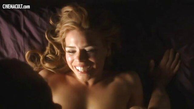 XXX sin registro  Hermosa MILF rubia seduce a su ágil compañero de cuarto más joven argentina amateur xxx